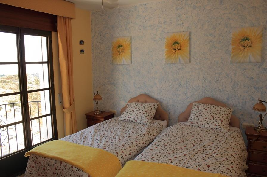 Main bedroom, twin beds, airconditioning, fitted wardrobe, balcony