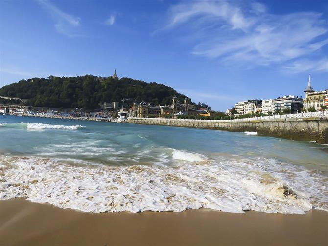 San Sebastián, the Concha beach - View of the city hall, the harbour and the Urgell mountain behind it