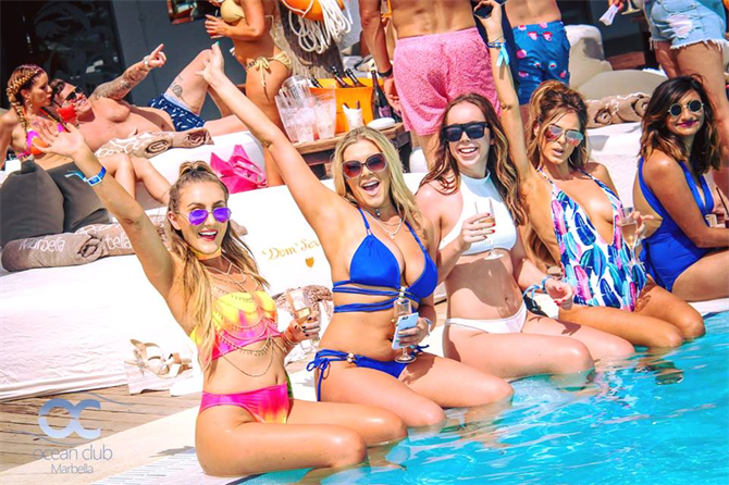 Festa in piscina all'Ocean Beach di Marbella