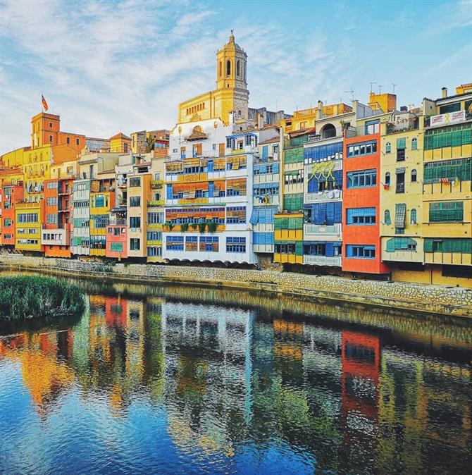 Houses on the river Onyar, colourful houses in Girona