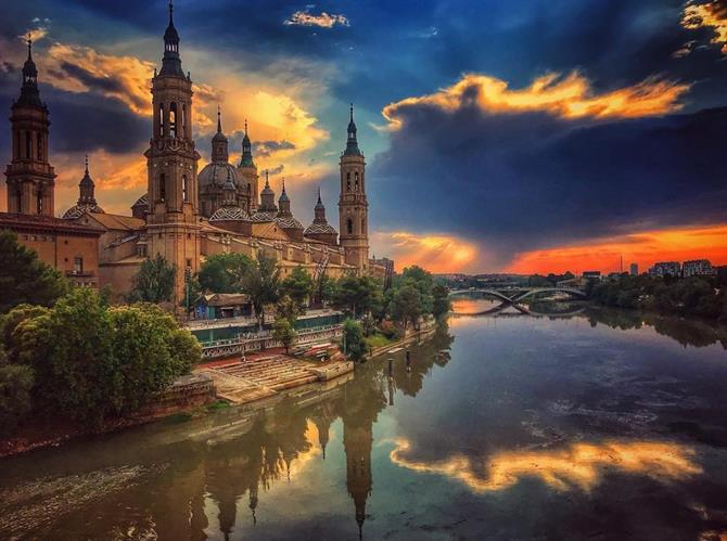 Zaragoza, Basilica del Pilar at sunset