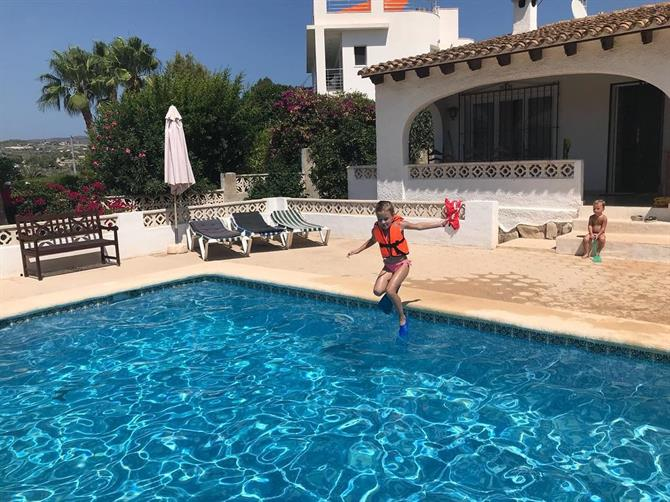 Kinder im Pool in Moraira