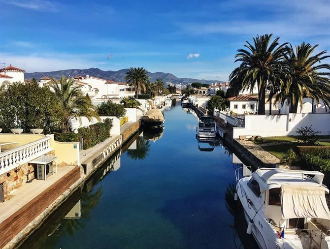 Discover the luxury city of Empuriabrava with its canals