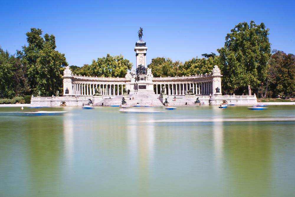 10 charming city parks and gardens in spain for Parque del retiro madrid