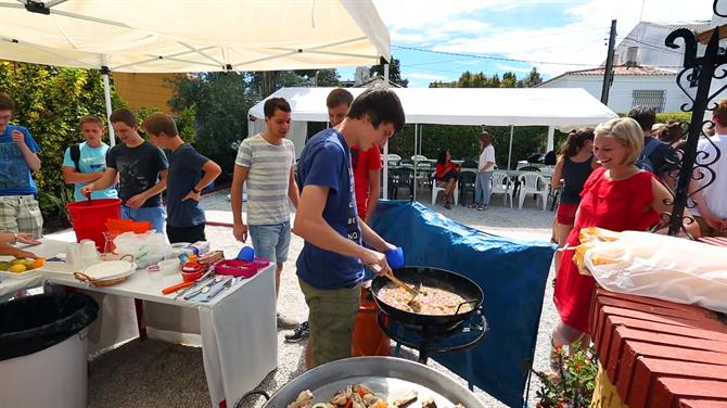 Cooking paella at Spanish school in Málaga