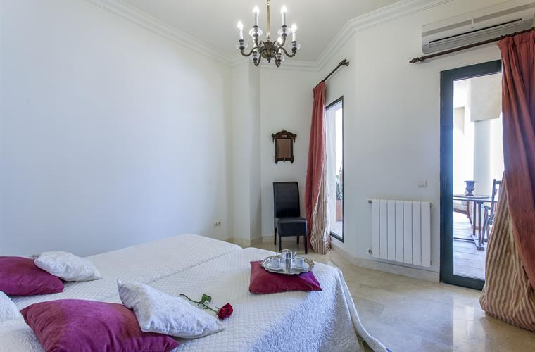 private double bedroom, links with garden, with air acconditiong