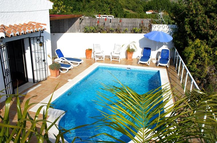 Private Swimming Pool with 6 quality sun-loungers, take a dip.!