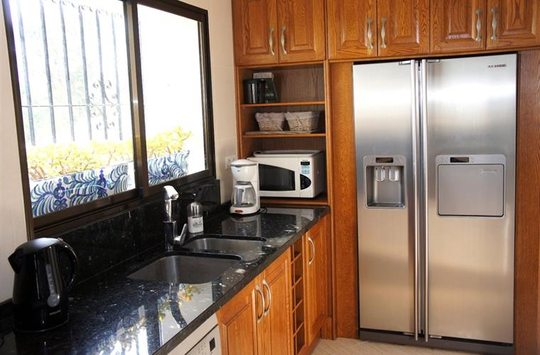 Large American Fridge / Freezer with Ice maker and cold water.