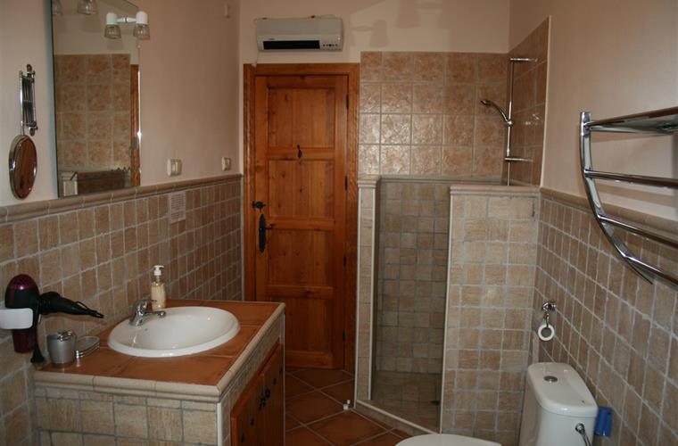 Main bathroom (entrance via first bedroom with double beds)