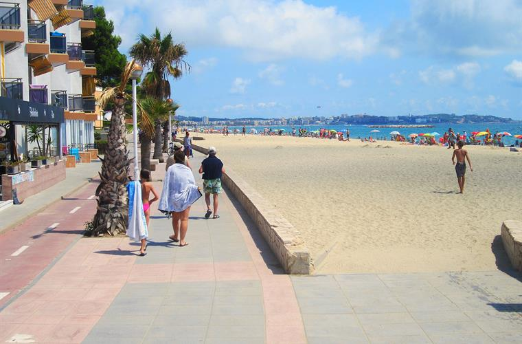 The promenade along the beach stretches to both Salou and Cambrils