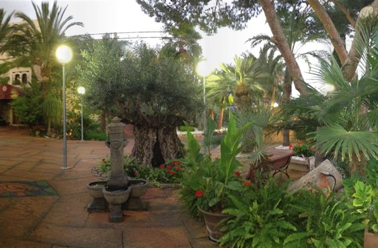 3000 m2 tropical garden with various chill out, bich club, parking