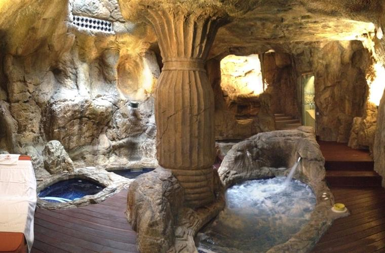 The house caves with aromatherapy jacuzzi and Turkish bath