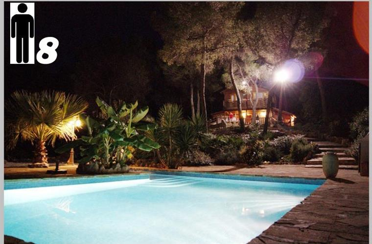 Jardin with pool at night