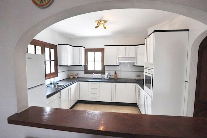 Fully equipped kitchen with all cutlery, crockery and utensils