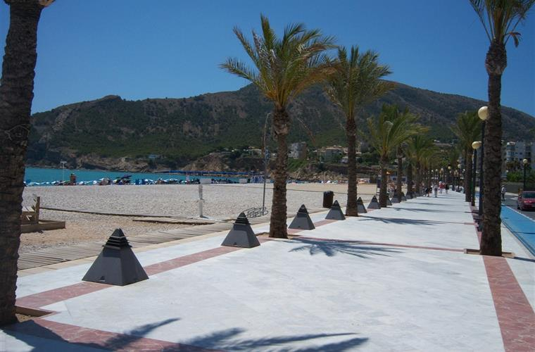 Beautiful beaches of Calpe and Albir are close at hand.