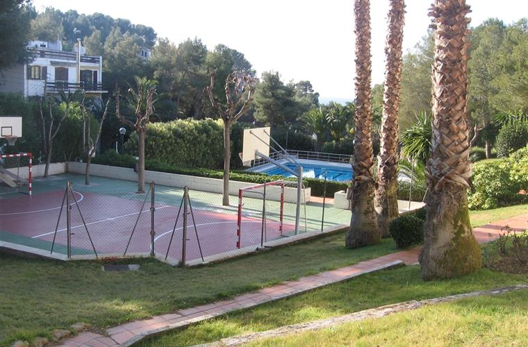 basketball-futbol area beside the swimming pool