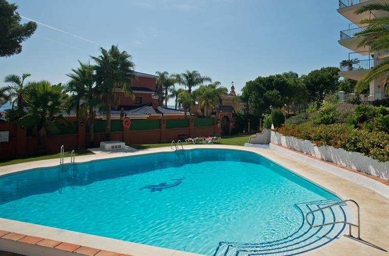 Pool towels are provided in Andalucia del Mar apartments