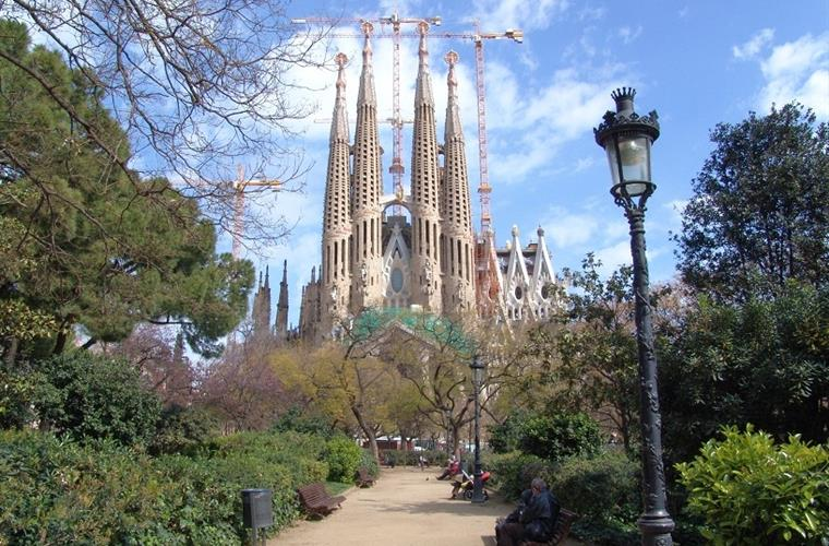 You can visit Barcelona and Sagrada Familia (79 km from the house)