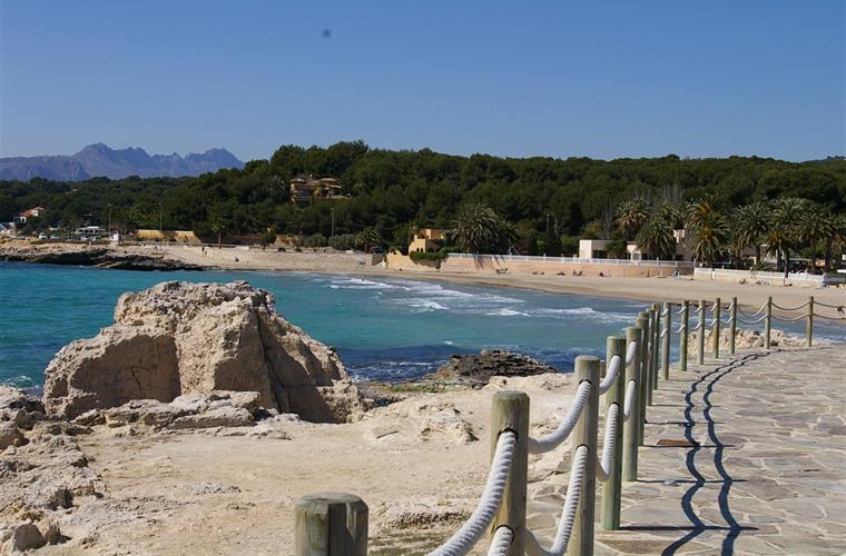 Lovely Moraira beach with easy parking, marina, old fort