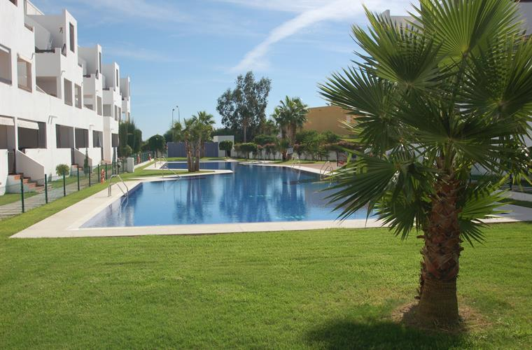 Really nice comunal area with pool, children's playground, paddel