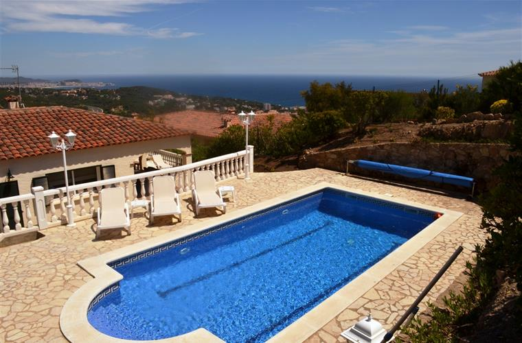 Large heated pool with great sea view. Enjoy your drinks and BBQ.
