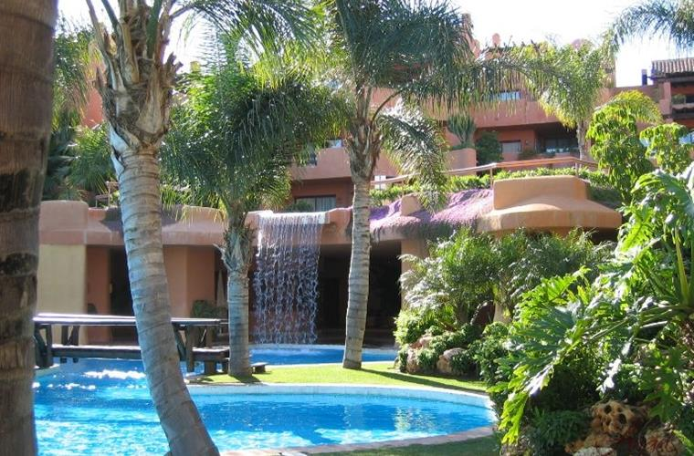 Penthouse situated in La Alzambra community.