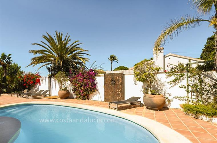 Swimming pool with sun terrace at the villa in Marbesa - Marbella