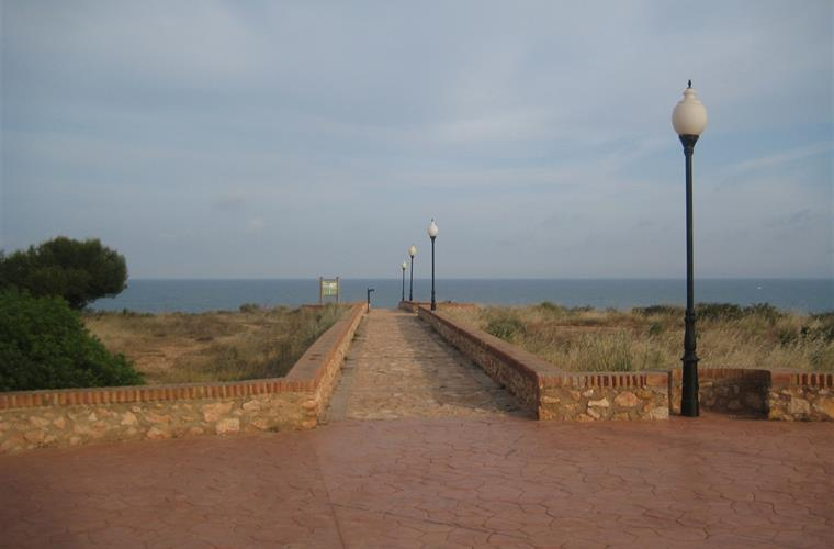 Access to beach from prominade