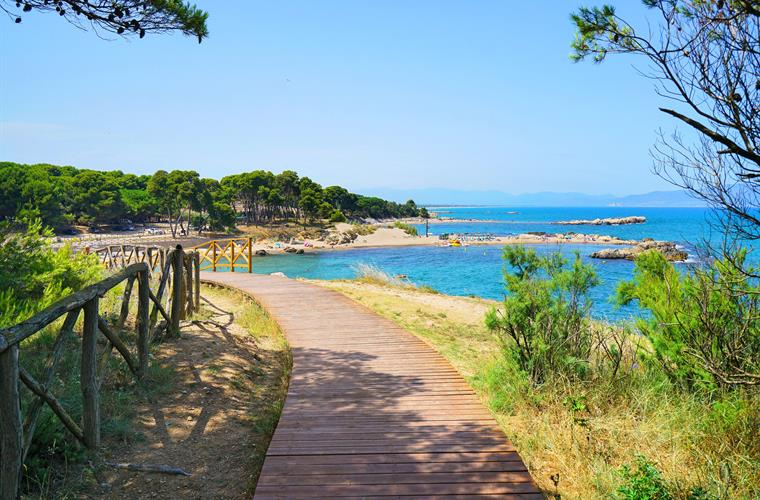 4 km walking path by the beaches of Empúries with gym stations