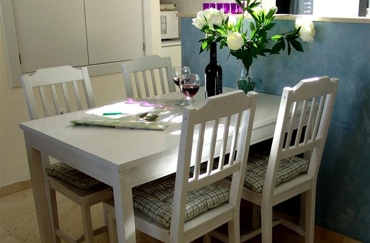 Dining area, conveniently located between kitchen en sitting room