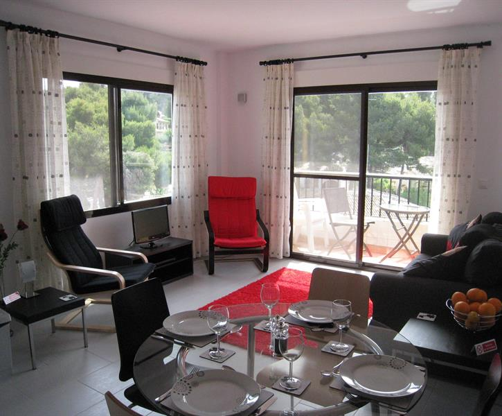 Dual aspect open plan dining and living area & private balcony