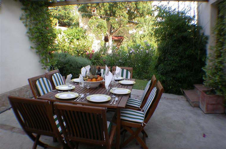 Another outdoor dining area perfect for breakfast.