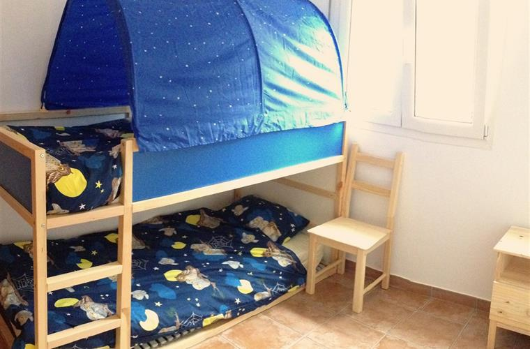 Childs bedroom with full size bunk bed (210x90)