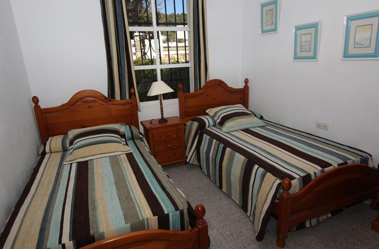 There are two bedrooms with twin beds (105 cm each).