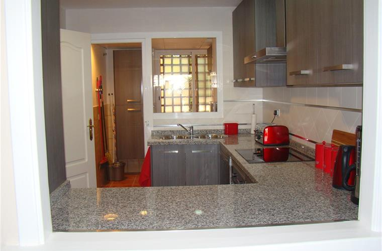 Holiday apartment for rent in estepona el campanario for Kitchen room estepona