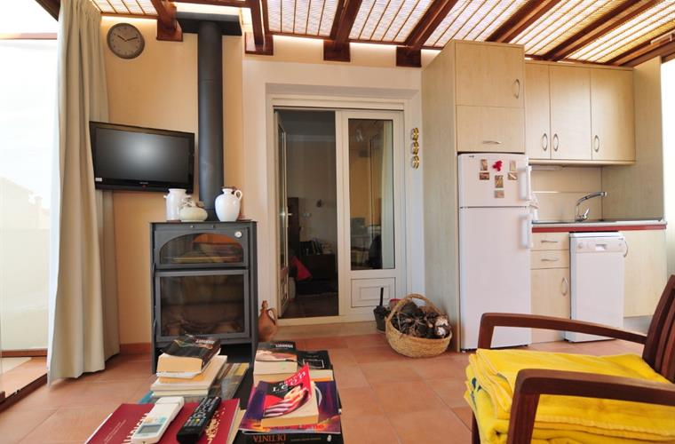 1st floor indoor terrace with kitchenette, stove and TV