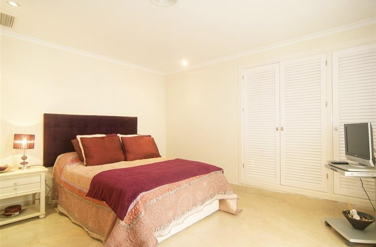 Bedroom with 135cm bed with large wardrobes
