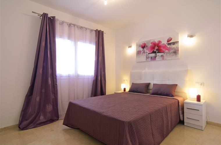 Modern double bedroom with fully equipped ensuite bathroom