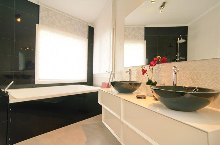 Main ensuite fully equipped bathroom with sea views and jacuzzi