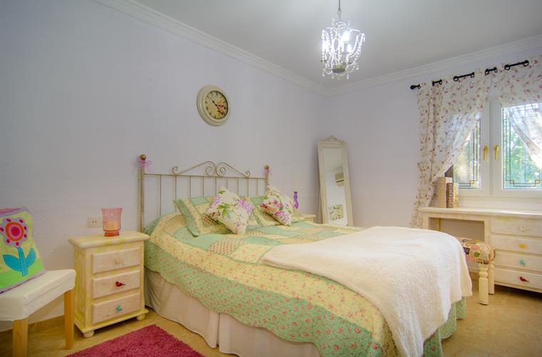 Bedroom with 150cm double bed and make-up table