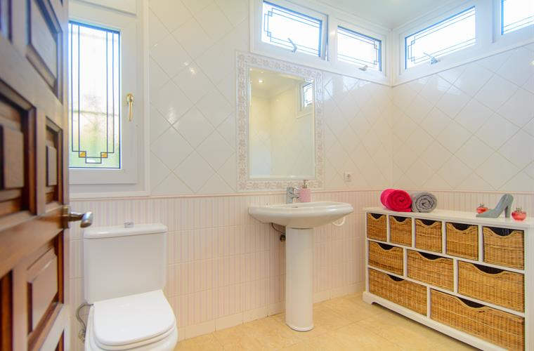 Fully equipped en suite bathroom with bathtub