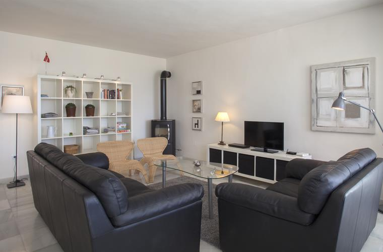 The spacious sofa and tv area. Vey comfortable leather sofas.