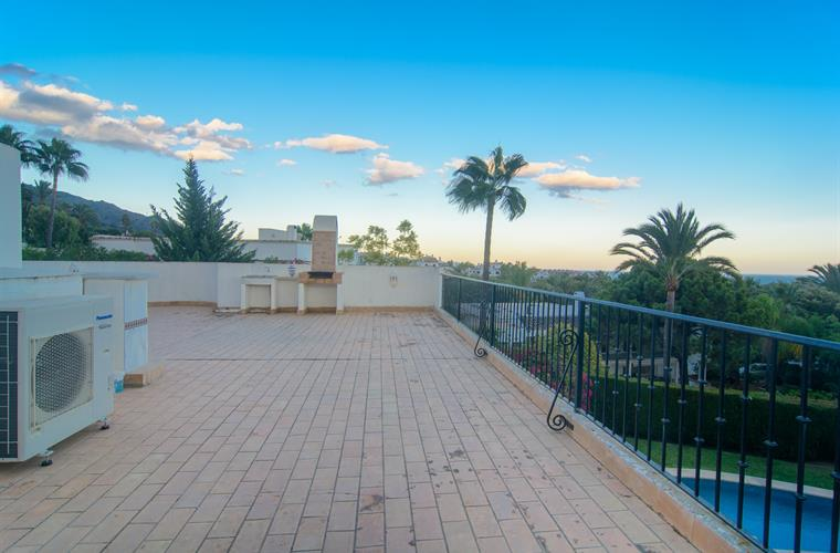 Roof deck with sea and mountain views, BBQ grill
