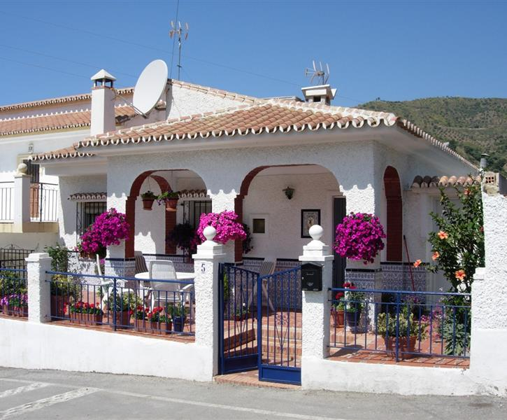 El Refugio showing front terrace