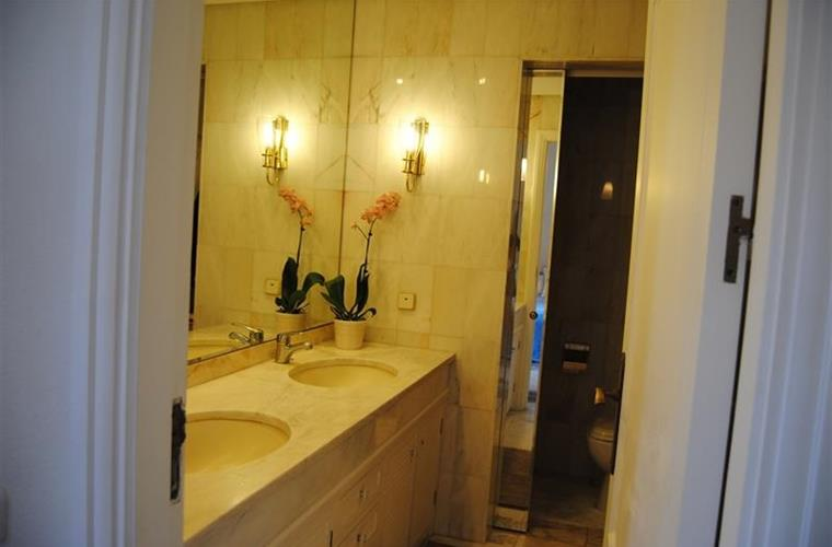 Master bathroom ensuit with shower, bathtub and WC