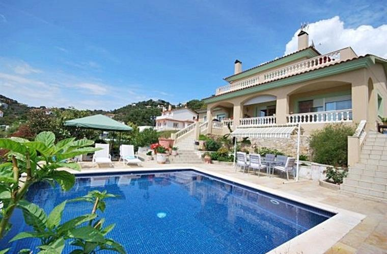 A lovely detached villa where you can relax in the garden or pool