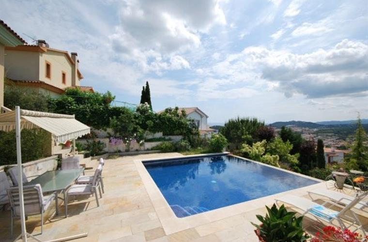 Spacious view from out of your villa, the garden and your pool