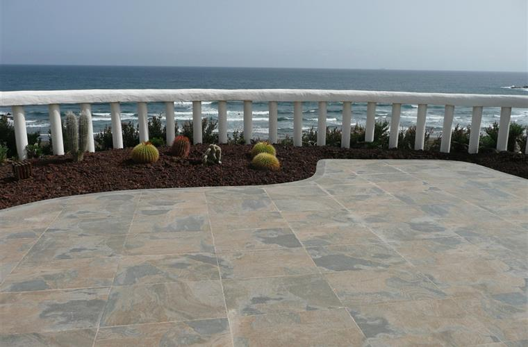 Terrace 100 meters above the beach with direct access to the beach