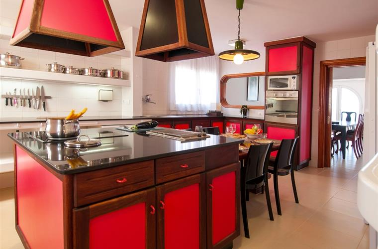 Spacious and bright kitchen with everything you need to enjoy cook