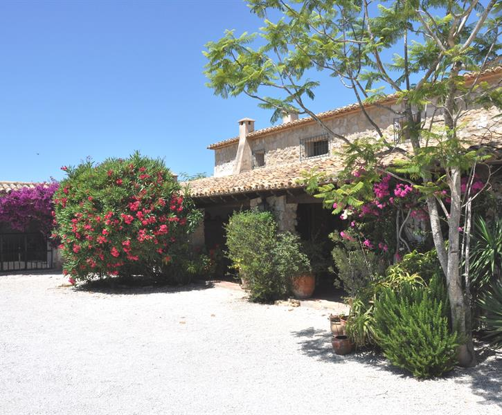 Picturesque entrance of the finca with parking.